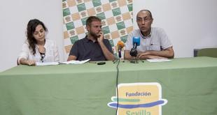 Clara Puente, de la Universidad de Sevilla, Gabrielle di Pascuali, de la asociación Abacadabra y tripulante, y Omar El Hartiti, presidente de la Fundación Sevilla Acoge / L.A.