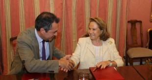 El alcalde de Sevilla, Juan Espada, junto a  la presidenta de la Fundación Persán, Concha Yoldi, / Raúl Doblado