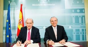 El ministro del Interior, Jorge Fernández Díaz, junto al presidente de la Fundación Bancaria 'La Caixa', Isidro Fainé / Caixa