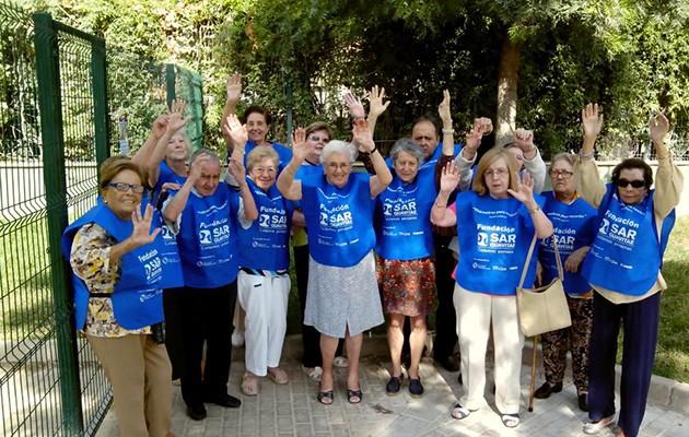 Usuarios de la residencia para mayores SARquavitae de Sevilla participan en la iniciativa con un paseo