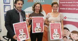 Francisco Flores, Mercedes Molina y Andrea Fernández del Val posan con el cartel de #enredadosenfamilia2015/ Autismo Sevilla