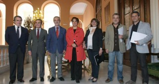 La firma se ha llevado a cabo en el Ayuntamiento de Sevilla / Foto: Juan Flores