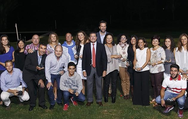 Parte de los ganadores del V Circuito Solidario de Tenis y Padel del Banco de Alimentos de Sevilla/2015