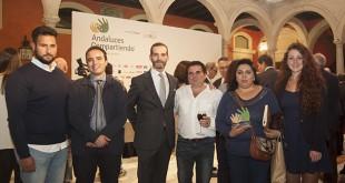 Integrantes de la asociación Vencedors, junto a Antonio Gálvez, director gerente de Seur Sevilla, empresa que aporta la logística de la distribución de alimentos de Andaluces Compartiendo / L. Á.
