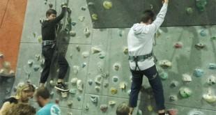 Dos chicos de DACE practican escalada en el rocódromo Rock&Wall Climbing / Foto: DACE