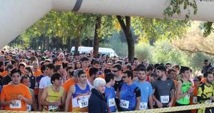 Águeda Alonso, presidenta de Asem, junto a los corredores antes de comenzar la carrera / ASEN