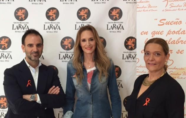 Aurelio del Pozo, de Grupo La Raza, junto a Sandra Ibarra y Yolanda Vielba, de la Fundación Sandra Ibarra / La Raza
