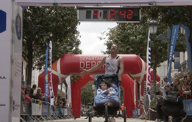 José Carlos Ferré con María al finalizar la maratón de Vitoria