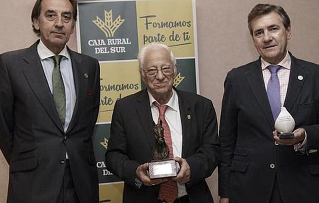 El padre Ángel junto a Manuel Ruiz y el presidente de Ancce, Juan Tirado - JUAN FLORES