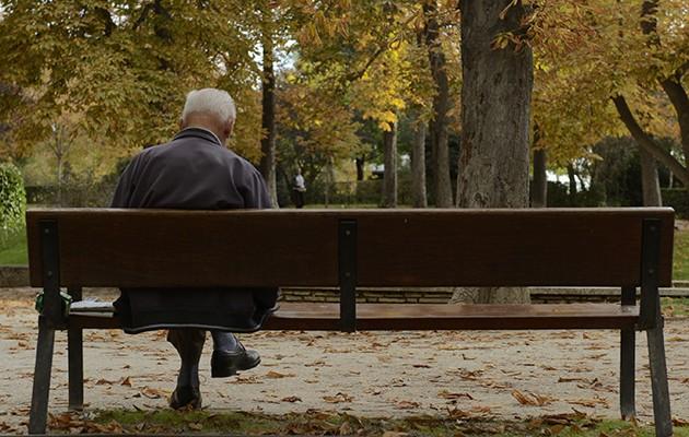 Madrid 25/10/2015 Un anciano lee sentado en un banco en el retiro ARCHDC Foto de Maya Balanya