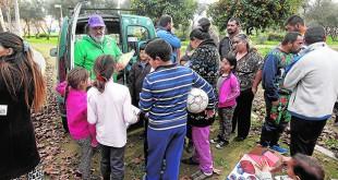 El educador social Jorge Morillo, en pleno reparto de juguetes en El Vacie / Raúl Doblado