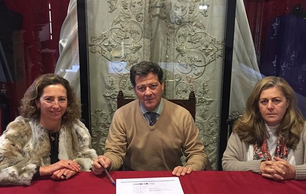 Mercedes Molina, presidenta de Autismo Sevilla, Santiago Arenado, hermano mayor de La Paz, y Concha Rubio Picón, diputada de Obras asistenciales, en el momento de la firma / Autismo Sevilla