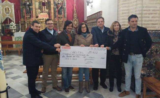 Un momento de la entrega del cheque a Cáritas - @AYTOPUEBLARIO