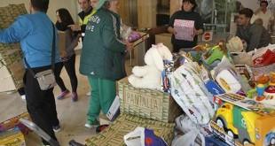 Jorge Morillo recoge los juguetes entregados en ABC de Sevilla / Raúl Doblado