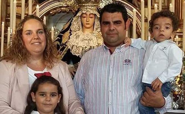 El pequeño Manuel, junto a sus padres y a su hermana Sara ante la imagen de la patrona - J.C.R.