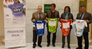 Alcaldesa y concejal de Deportes de Palomares, junto al director general y el director de carrera de la Vuelta Ciclista a Andalucía / Foto: Diputación de Sevilla