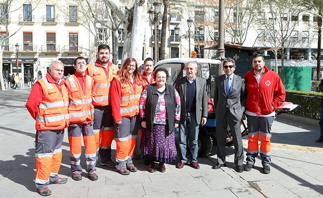 El delegado de Empleo y Bienestar Social del Ayuntamiento de Sevilla y la presidenta provincial de Cruz Roja durante su visita al dispositivo sanitario / Ayuntamiento de Sevilla