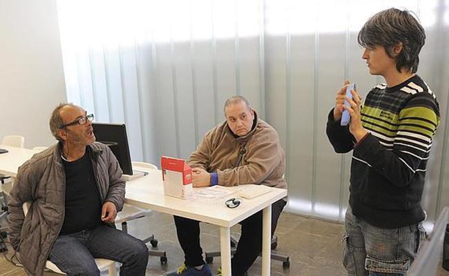Una de las monitoras de la Unidad de Día da explicaciones en el taller de nuevas tecnologías - JESÚS SPÍNOLA
