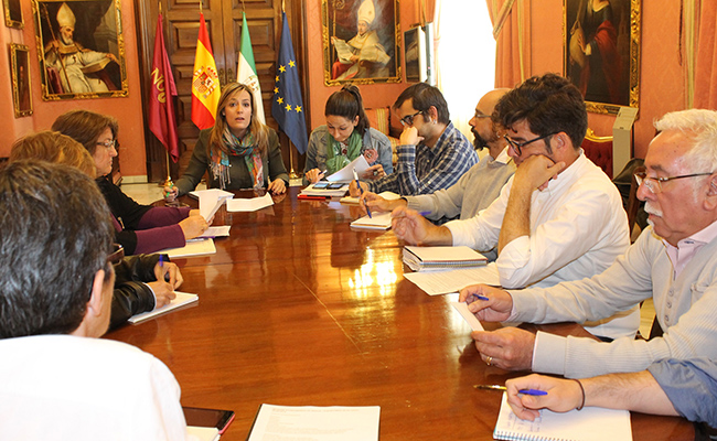 La delegada de Igualdad, Juventud y Relaciones con la Comunidad Universitaria, Myriam Díaz, en una reunión con entidades integrantes de la Plataforma 28 de Junio de Sevilla / Ayuntamiento de Sevilla