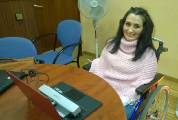 María José García utiliza Irisbond para poder acceder al ordenador / Foto: ELA Andalucía