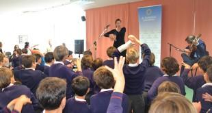 Inma Lobato baila frente a los alumnos de Altasierra / Foto: Attendis