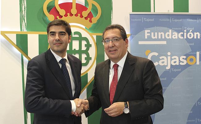 Ángel Haro, presidente del Real Betis Balompié, y Antonio Pulido, presidente de la Fundación Cajasol / Foto: Real Betis Balompié