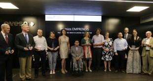 Los representantes de las entidades galardonadas con el premio Emprendis con Ana Manzanares, Antonio Fragero y Gonzalo Rivas - RAÚL DOBLADO