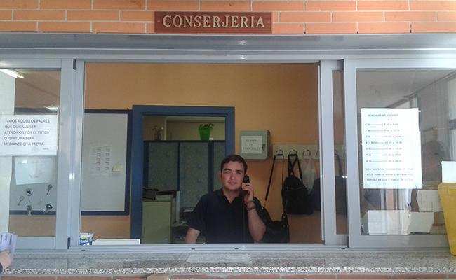 Rafa atiende el teléfono en la conserjería / Fundación TAS