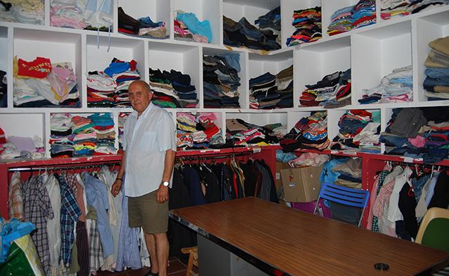 Las prendas donadas se guardan en un gran ropero en estantes  que llegan hasta el techo / ABC