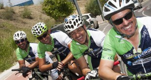 Juan Carlos Ríos, junto a tres ciclistas más del Club Simón Verde / EFE/Isabel Rus