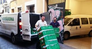 Un trabajador de Mercadona entrega productos en el comedor de San Juan de Dios / Mercadona