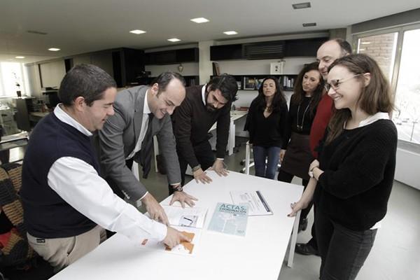 Emilio Herrera, junto a miembros de la Fundación New Health  en una foto de archivo  / Juan Flores