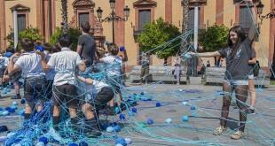 Acción de sensibilización de Paco Pérez Valencia en la Puerta de Jerez, en la que participaron alumnos de Altsierra. Foto: Juan José Úbeda
