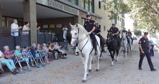 Los caballos de la Policía Nacional visitan el Centro de Mayores Fundomar