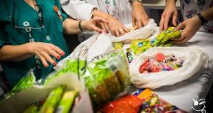 Profesional del hospital supervisando las chucherías donadas por Manuel Pozo / Asociación Mar Pozo Por la Sonrisa de un Niños