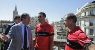 El alcalde de Sevilla, Juan Espadas, con Miguel Indurain y Abel Antón. FOTO : RAUL DOBLADO.