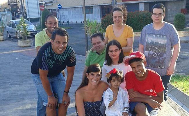 Feiruz con su familia de acogida y voluntarios de la asociación / Asociación del Pueblo Saharaui