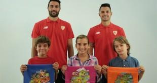 Iborra y Vitolo en una campaña del Sevilla FC y Ayuda en Acción