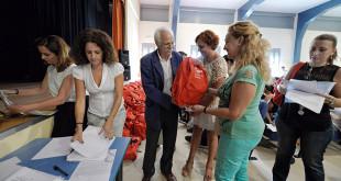 El delegado del Distrito Sur, Joaquín Castillo, durante el acto de entrega de las mochilas / Ayuntamiento de Sevilla