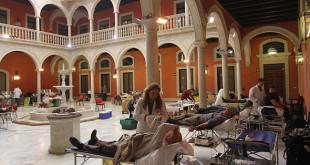 El patio de la Fundación Cajasol acoge el maraton de donacion de sangre FOTO: VANESSA GOMEZ.