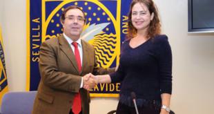 Vicente Guzmán y Ana Manzanares tras la firma del convenio / UPO