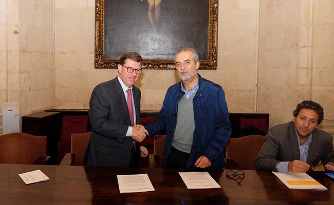 Delegado de Bienestar Social y Empleo, Juan Manuel Flores, y el portavoz en Andalucía de la Asociación de Utilidad Pública Visión y Vida, Luis Rozados Pérez / Ayuntamiento de Sevilla