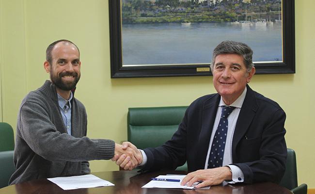 Presidente del Colegio Oficial de Farmacéuticos de Sevilla, Manuel Pérez, y el delegado de Farmamundi en Sevilla, Raimundo Rivas / COF de Sevilla