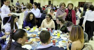 Un momento de la comida solidaria de la que han disfrutado vecinos de las Tres Mil Viviendas de Sevilla / J.M. Serrano
