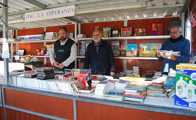 Voluntarios de la ONG en la Feria del Libro / L.M.