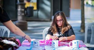 La asociación vende pulseras, tazas y camisetas para sufragar sus actividades