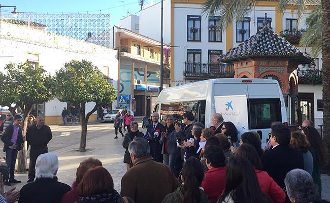 El acto de entrega de la furgoneta tuvo lugar en la plaza del Altozano
