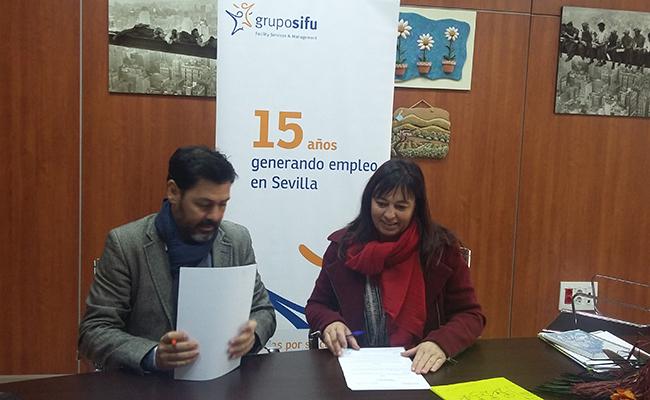 José Ramón Fernández Silva, gerente de la oficina de Grupo SIFU en Sevilla y Rosario Martagón Ropero, gerente de la Fundación TAS, durante la firma. Foto: Grupo SIFU