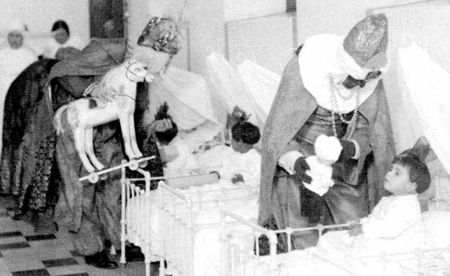 Los tres virreyes reparten juguetes a los niños acogidos en la Casa Cuna en el año 1936 / ABC