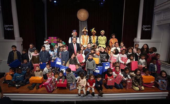 El reparto de juguetes se ha llevado a cabo en el salón de actos de la Fundación Cajasol / Foto. Fundación Cajasol